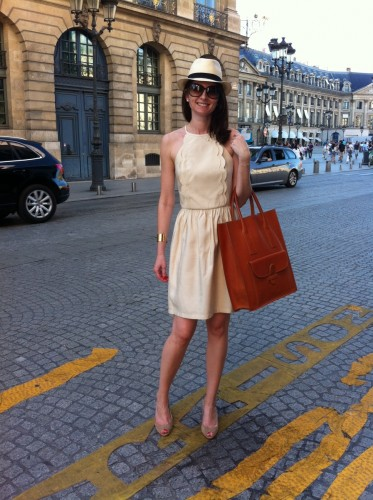 bar 8, mandarin oriental paris, mandarin oriental paris exterior courtyard, sac shopper céline, céline shopper bag, jimmy choo, tara jarmon, tara jarmon dress, robe tara jarmon, panama hat, panama, shopping, paris, drink chic in paris, tom ford sunglasses, isabel jimmy choo, mia reva,  manchette dorée, manchette klein clémence cabanes, paris,