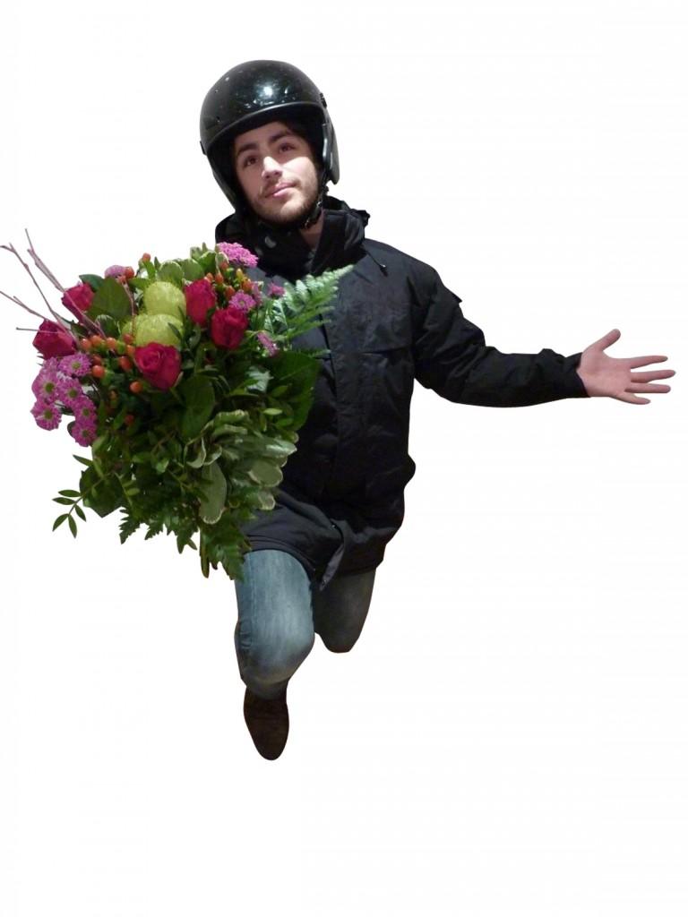 un bouquet de fleurs livr par un coursier chanteur pour la st valentin joli jeu inside. Black Bedroom Furniture Sets. Home Design Ideas