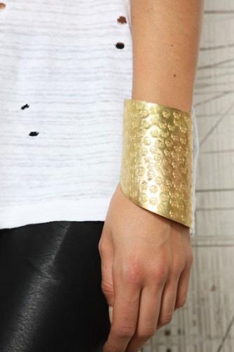 Made X Daisy Knights - Bracelet manchette avec motif tête de mort, shopping, urban outfitters, bon plan mode, skulls