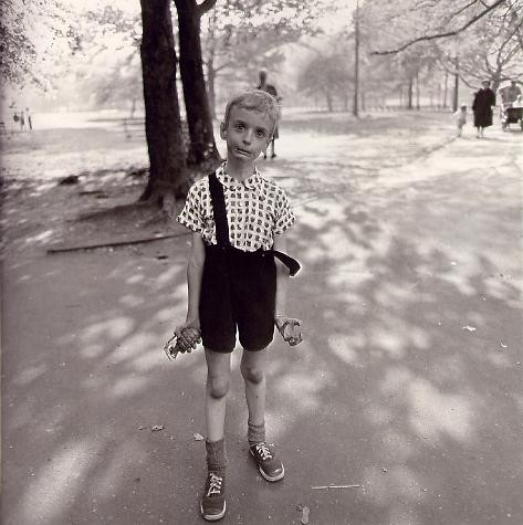 diane arbus,diane arbus photography,diane arbus jeu de paume,paris,culture à paris,identical twins,identical twins diane arbus,child with toy hand grenade in central park,child with toy hand grenade in central park diane arbus