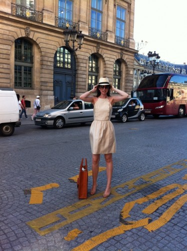 bar 8,mandarin oriental paris,mandarin oriental paris exterior courtyard,sac shopper céline,céline shopper bag,jimmy choo,tara jarmon,tara jarmon dress,robe tara jarmon,panama hat,panama,shopping,paris,drink chic in paris,tom ford sunglasses,isabel jimmy choo,mia reva,manchette dorée,manchette klein clémence cabanes