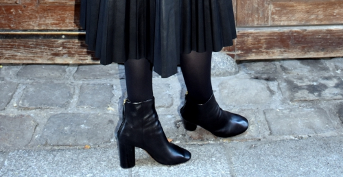 iro,blog mode,veste helga iro,elie l'enzo,roseanna,chanel,2.55 chanel,jupe plissée cuir,jupe plissée,pleated skirt,alona isabel marant,boots alona isabel marant,top guipure,bmouse guipure,galvin roseanna,top guipure galvin roseanna