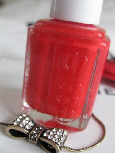 tara jarmon,essie,fifth avenue essie,fifth avenue nail polish essie,shopping,paris,robe tara jarmon,pilgrim,pilgrim necklace,collier noeud,bijoux pilgrim,urban outfitters,collants plumetis,collants plumetis urban outfitters